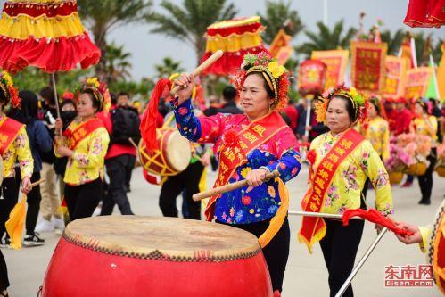 泉州:妈祖巡香雨中举行 蟳埔女演绎闽南风情